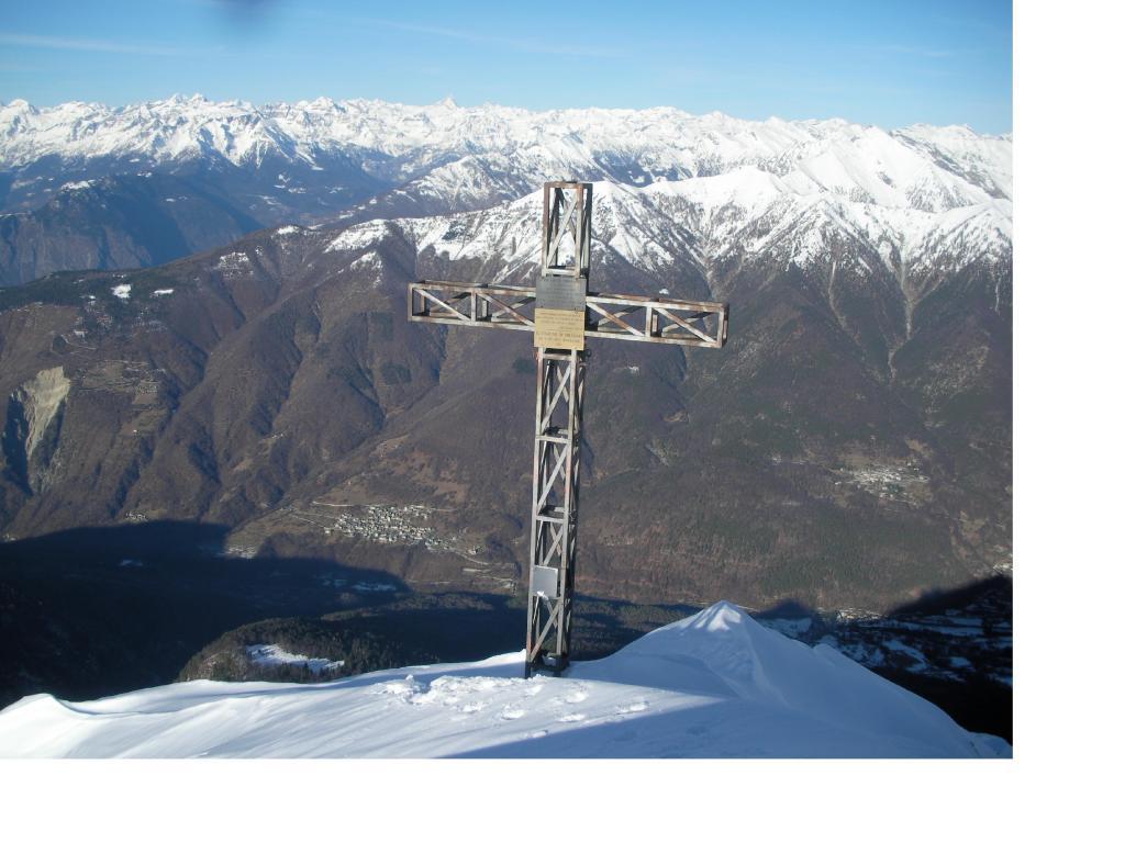 L'enorme croce di vetta con la Val Vigezzo in primo piano e l'Oberland sullo sfondo..