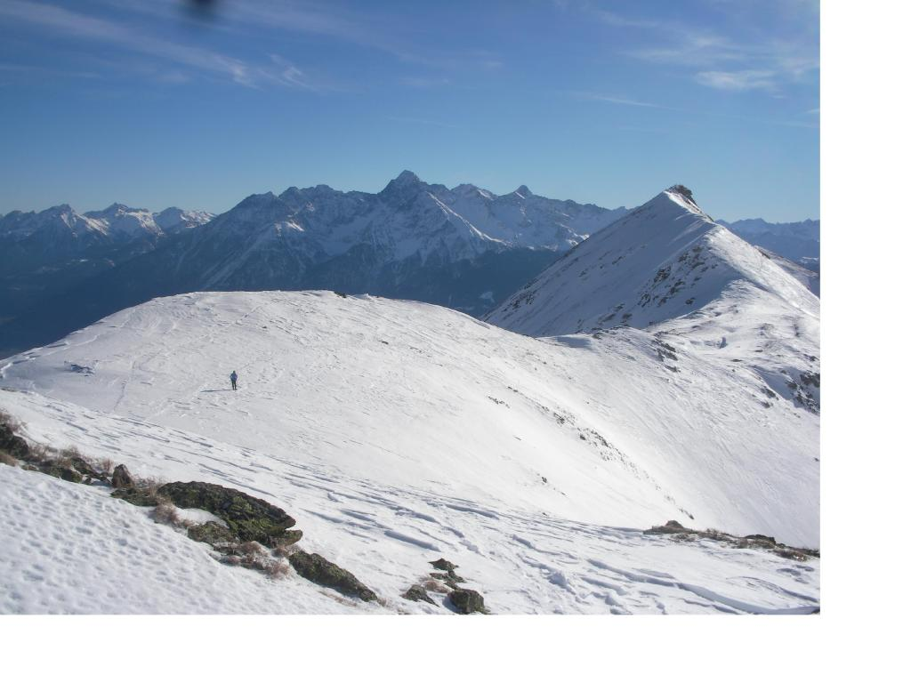 Il lungo tratto di cresta separante la Chaligne dalla Tza..