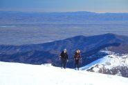 Maurizio e Marta nel tratto finale con la pianura sullo sfondo (5-1-2013)