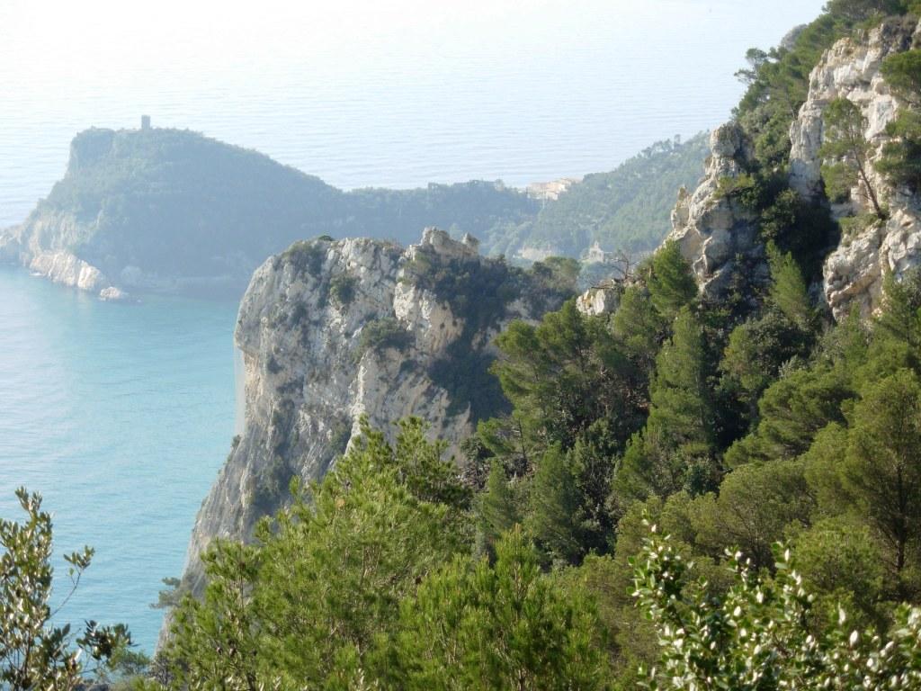 Tratto panoramico tra il Semaforo e Varigotti; il promontorio bianco al centro è facilmente raggiungibile dal sentiero