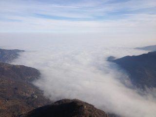mare di nubi nella vallata