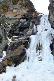 VIsta della cascata; sulla sx la sosta a spit della seconda doppia