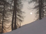 ...la luna pavoneggia già...