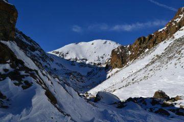 conca del Lac Gelé, sullo sfondo la Punta di Medzove, l'Iverta è a destra, nascosto dalle rocce