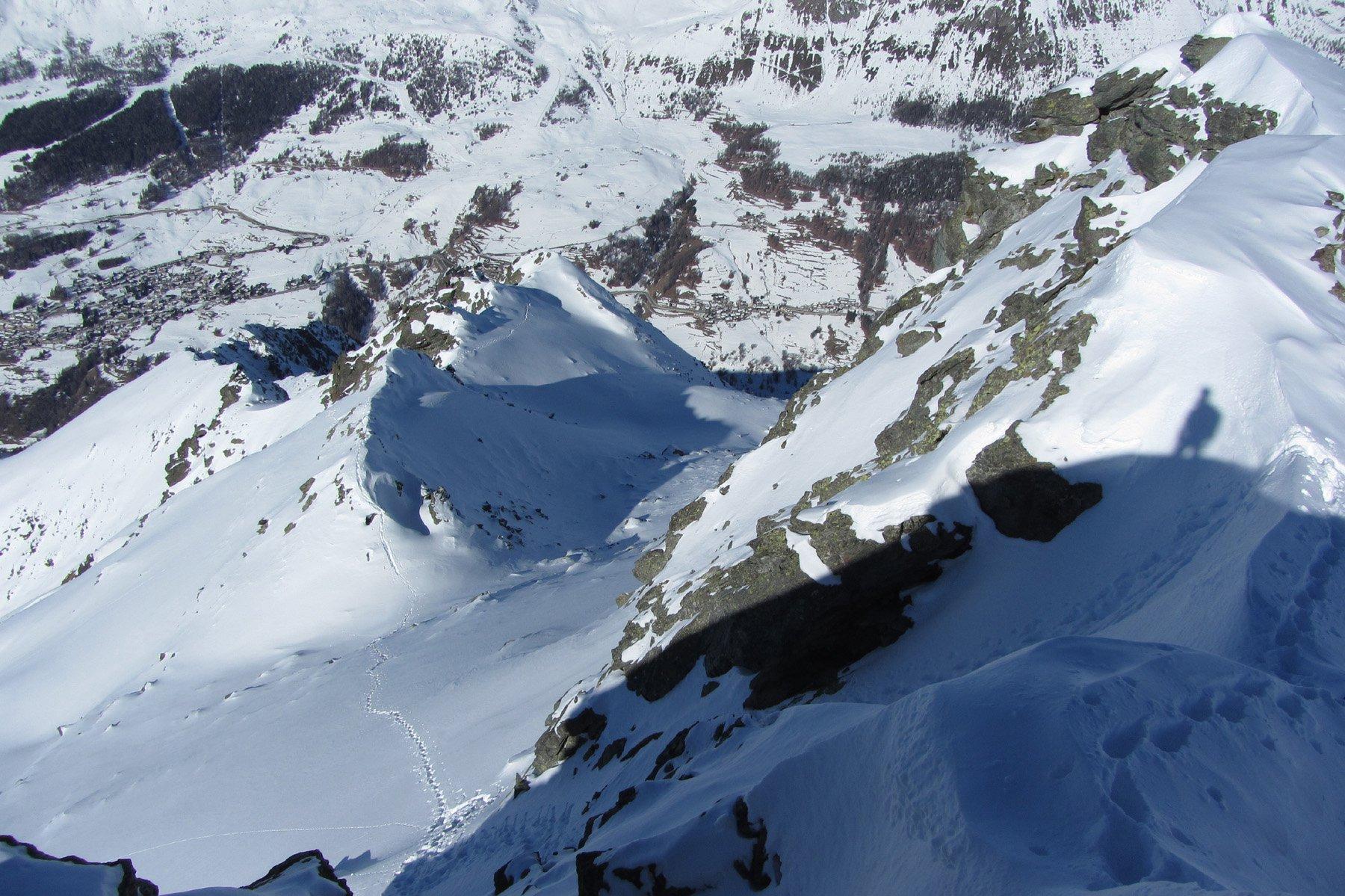 Dalla vetta sulla sx la lunga cresta dalla spalla. Al centro la conca dove esce il ramo diretto