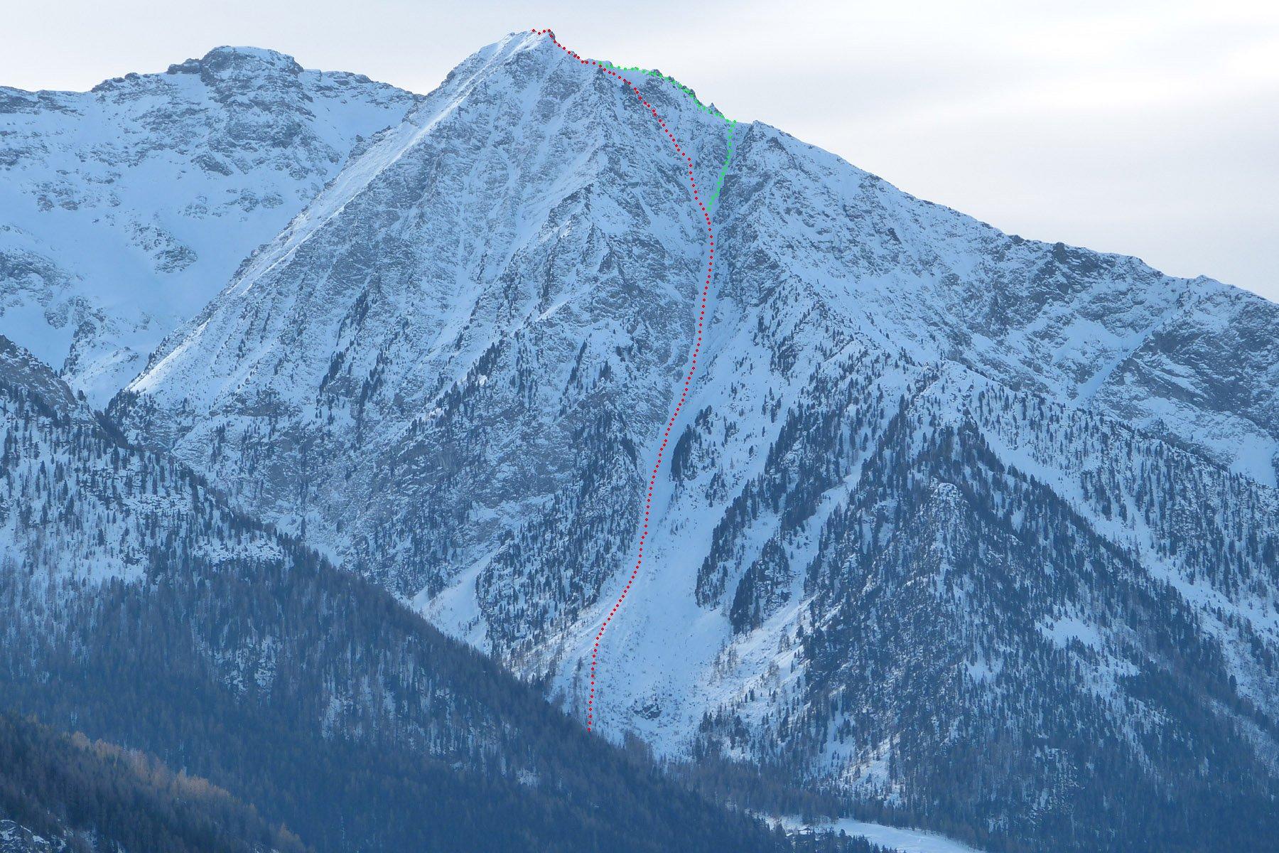 Il canale visto dall'alta Val d'Ayas.  In rosso la via diretta, in verde l'uscita di dx alla spalla