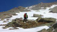Luciano i salita tra neve, erba e roccette (26-1-2013)