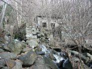 Ruderi del mulino sul rivo che scende da Andrate