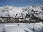 sullo sfondo a sinistra: cima pian ballaur e cima delle saline; sulla destra monte mongioie.