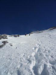 saliamo verso l'Arpet,  neve sfondosa e instabile, pietre affioranti