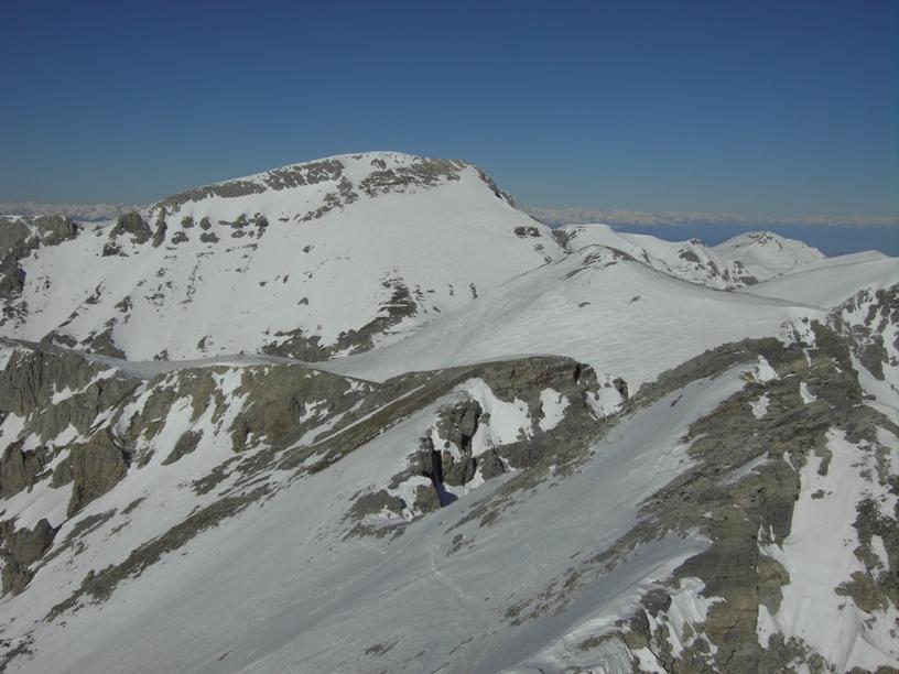 Monte Rotondo e dietro il Mongioie;in basso traverso delicato.