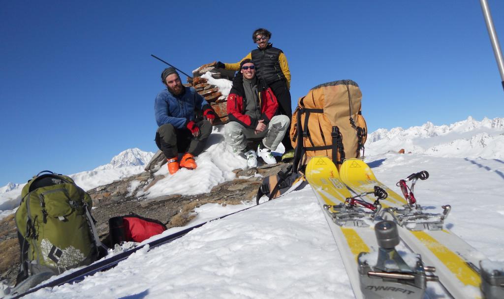 team sulla punta con Monte Bianco sullo sfondo.