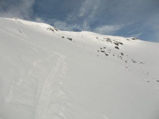 Parte alta dell'itinerario. In vista della cima, la punta a sinistra.