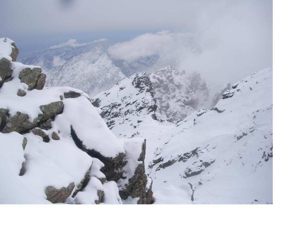 L'accidentata cresta sud-est e al fondo l'Uja di Calcante