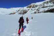 attraversando il grande pianoro di quota 2000 m. nei pressi dell'Alpeggio di Mezan (2-3-2013)