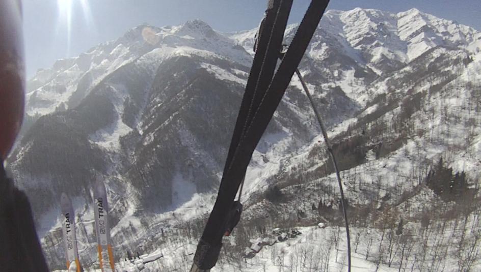 Le case di Frise riposano sotto la neve, a destra in alto il Pergo e decollo