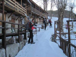 pochi metri con gli sci in spalla, dentro Carnino