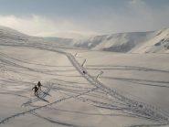 C'è chi si diverte correndo nella neve, come questo cane con i padroni