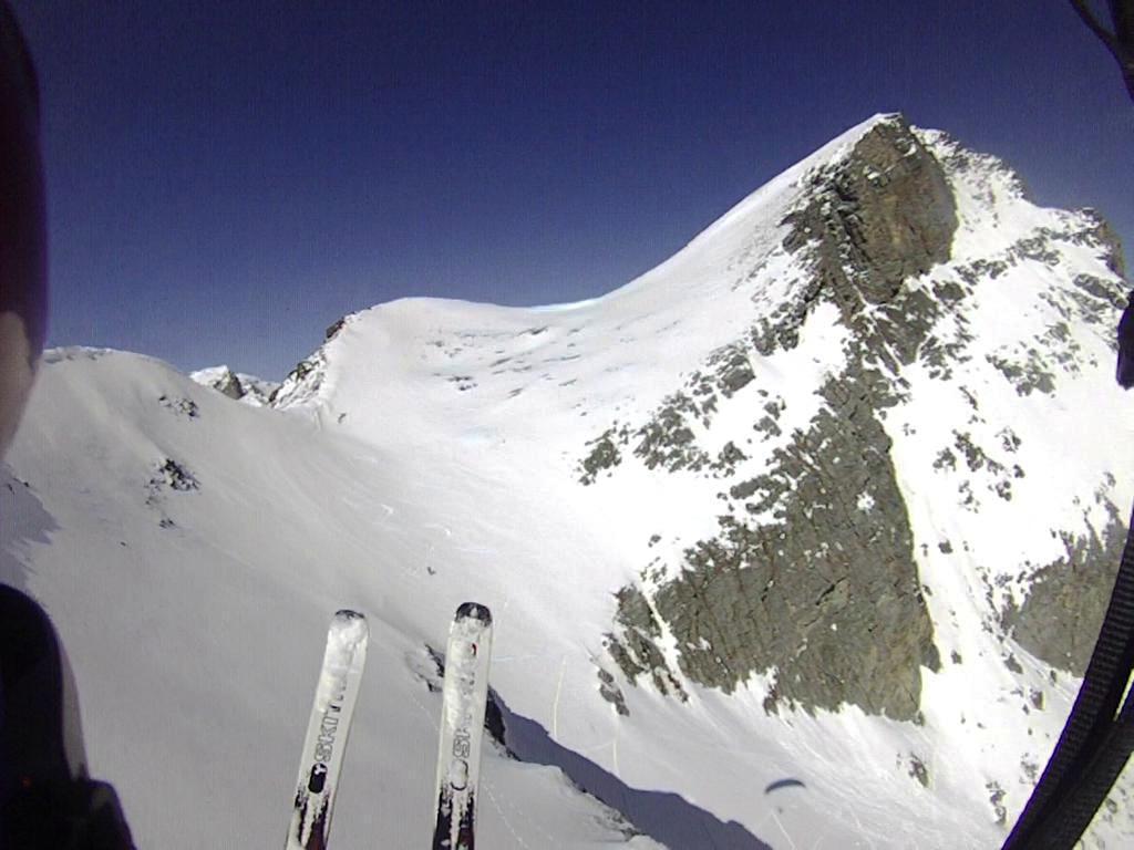 Eugenio, tra i due sci, sta pennelando la parete del Chersogno
