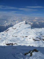La ampia dorsale ed il Monte Rosso piuttosto lontano