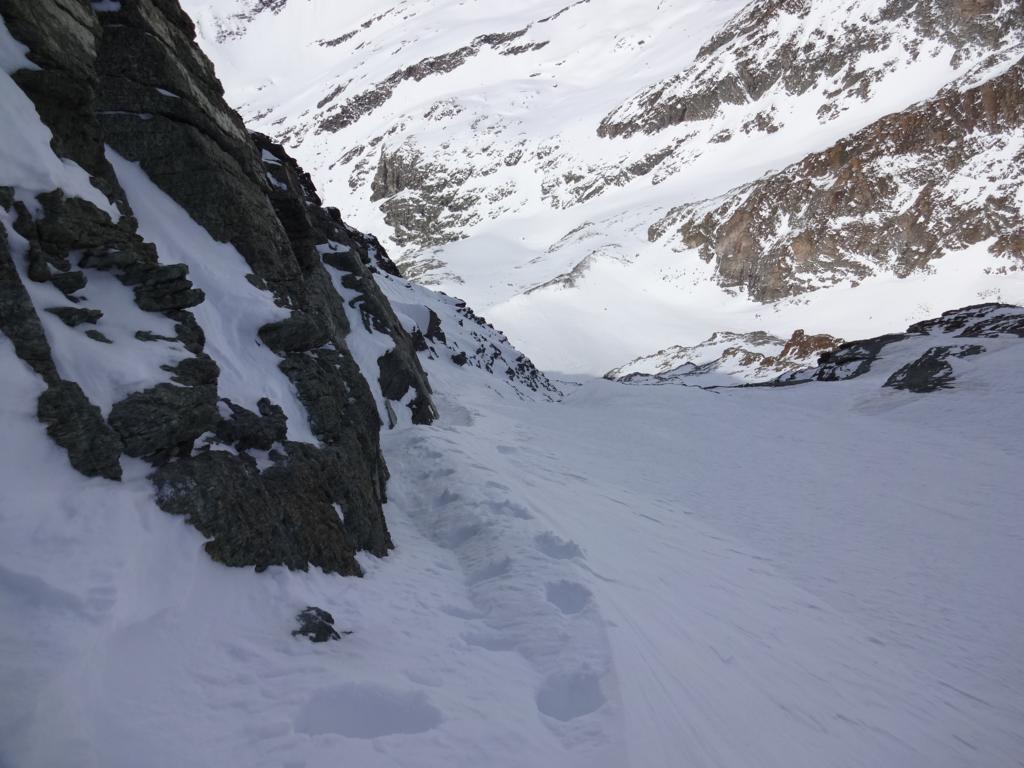 in salita , bei giochi di neve  contro le rocce