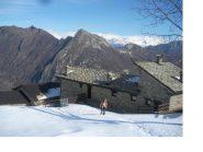 Franco..all'alpeggio annesso al Santuario con dietro il M.Charvatton