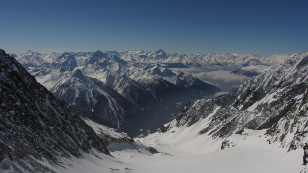Sguardo verso valle dal ghiacciaio di Chardoney