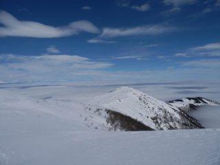a pochi metri dalla cima, la dorsale e il Monte Pigna