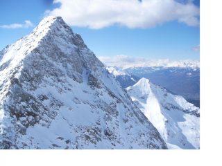 Dall'anticima del Voghel la Becca di Vlou' e piu' in basso a dx l'altra bianca piramide della Becca  Mortens