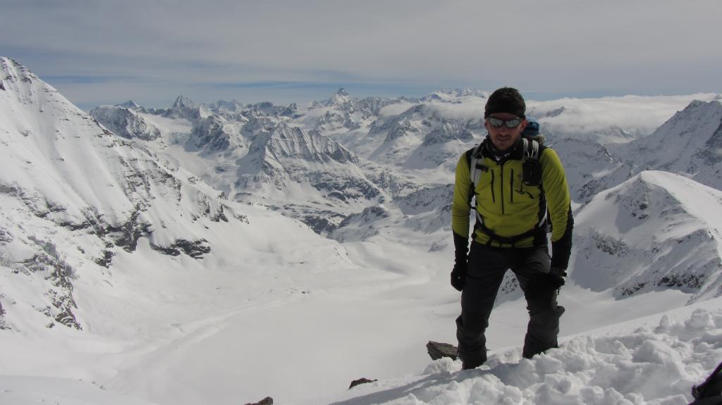 In vetta, con alle spalle il glacier du Mont Durand