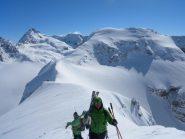 ci prepariamo per la discesa; in primo piano il Mt Brulè, a sx la dent d'herens a dx del quale spunte la vetta del cervino