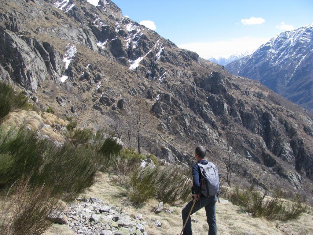 Franco osserva pensieroso il selvaggio traverso percorso