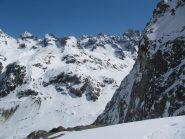 lungo la discesa, si scorge il percorso che, con una salita di oltre 1.000 m, ci condurrà alla cab. Bertol
