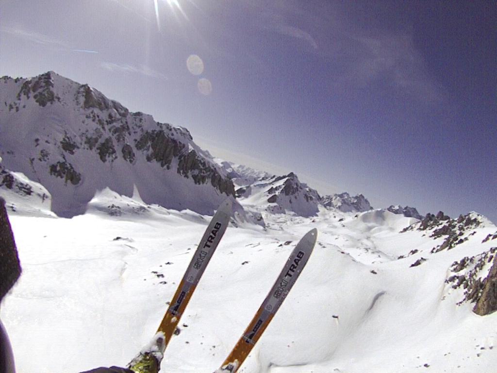 tra i due sci in lontananza, Bec du Lievre ben innevato