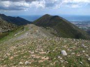 Il crinale di salita, dietro il Pesalto e alla sua sinistra l'incassata Valle Ibà col Rio Torsero