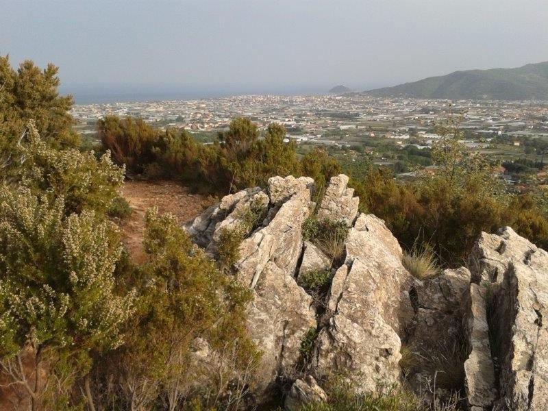 La piana Ingauna vista dal sentiero che si ricongiunge sopra al cimitero di Salea