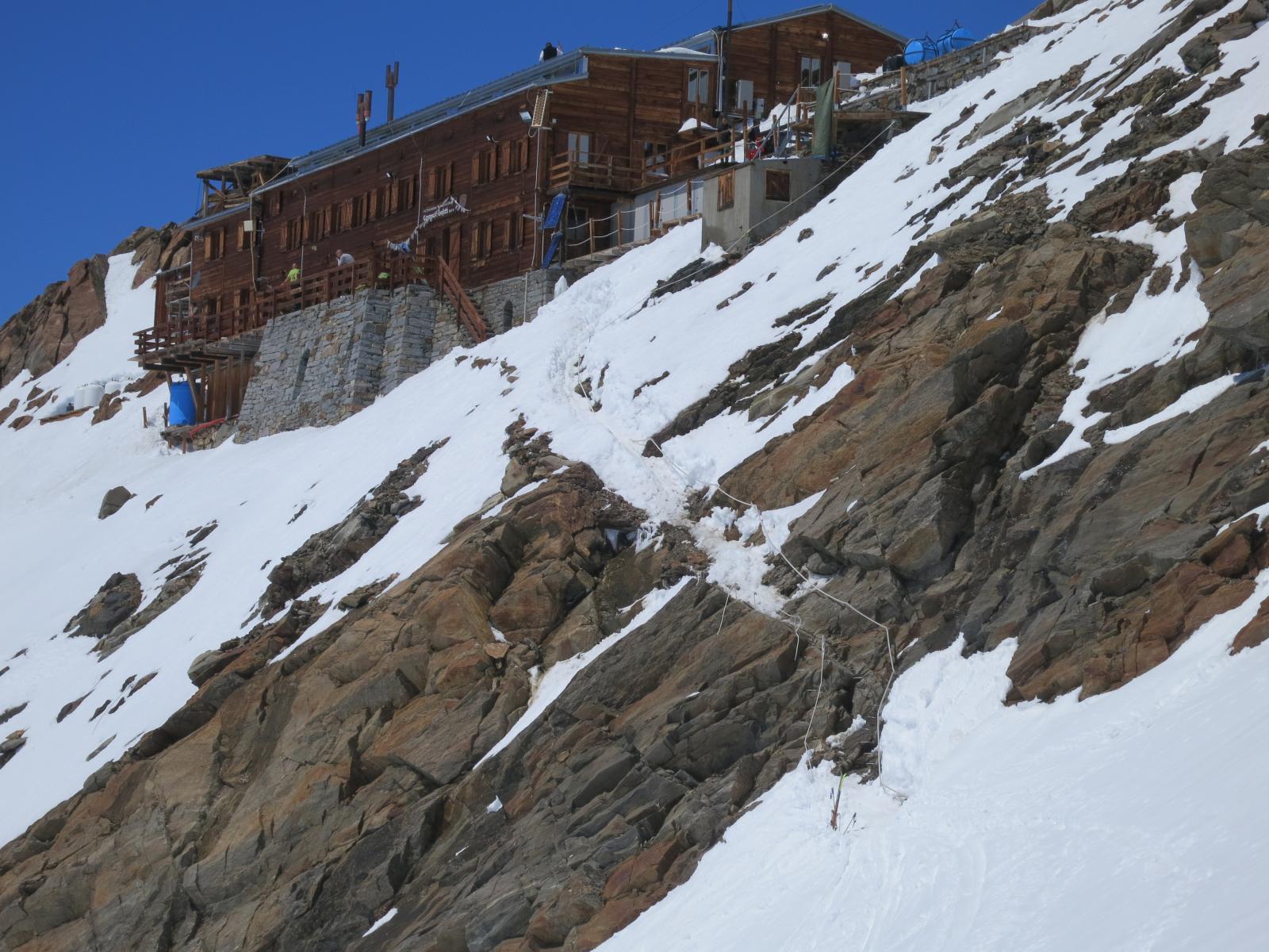 Gnifetti, il ghiaccio dei decenni passati, che raccordava il pendio alla capanna è scomparso