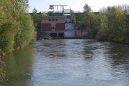 La centrale idroelettrica, azionata dal canale derivato dal Depretis, ed il salto disponibile visti a valle al livello dello scarico.