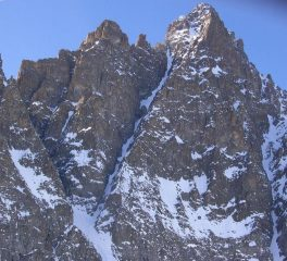 2- vista dal basso inverno 2011 - notare i 4 risaliti rocciosi  del canale