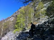 Sul sentiero attraverso la pietraia in vista della parete