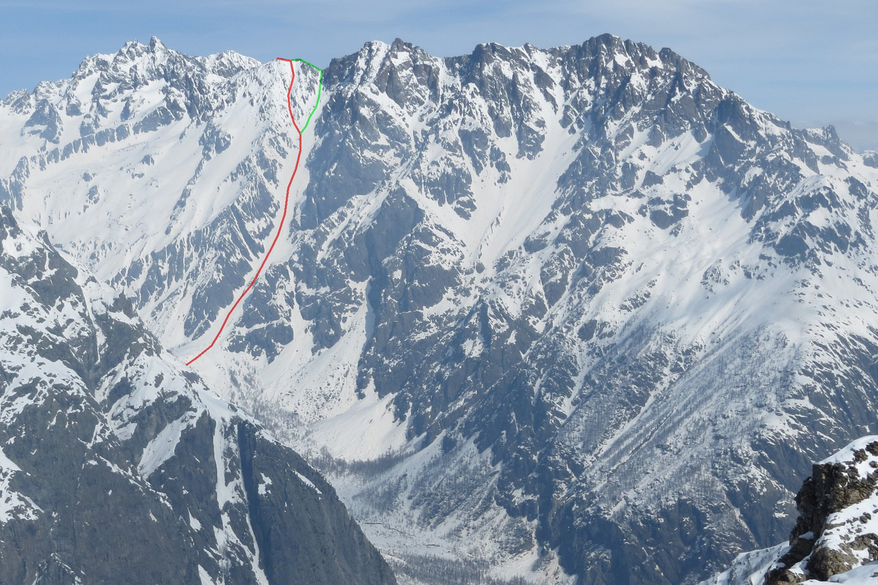 il rosso il percorso diretto di salita, in verde la discesa dal col de Seguret Foran, a dx ancora il Pic du Rif e la Pointe des Arcas
