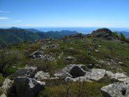 L'ultimo tratto di salita e dietro la piana di Albenga e il Mar Ligure