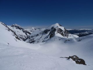 a monte del Colle Seccia, vista sulla prima conca del vallone Seccia, sulla Rocca e Guglia di S.Bernolfo
