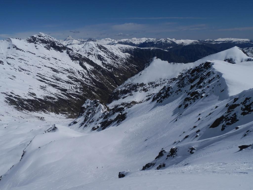 dalla cima, vista sul sottostante Valone dei Dossi che confluisce nel Vallone di Corborant