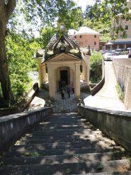 la Scala Sacra tra il paese ed il santuario dell'Acquasanta