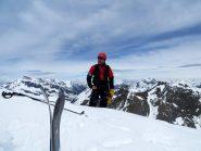 Bella figura di scialpinista ( Popino) si staglia sulla vetta