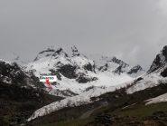 02 - le valanghe sbarrano ancora la strada poco sopra l'Alpe Meney; si vede già il bivacco, raggiungibile a piedi