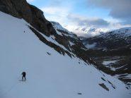 prime rampe super innevate - sullo sfondo si vede il sentiero da percorrere sci in spalla