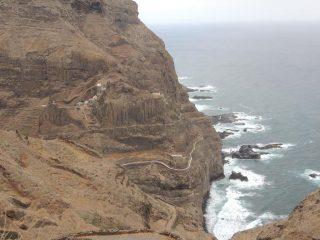 Il sentiero in discesa verso Corvo (non visibile) ed in risalita sul versante opposto