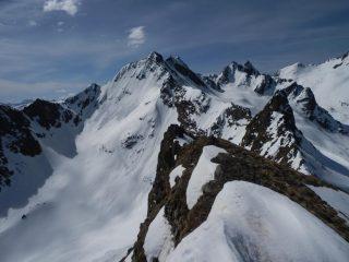 l'ometto della vetta con lo sfondo della Cima Las Blancias e delle Cime di Vens